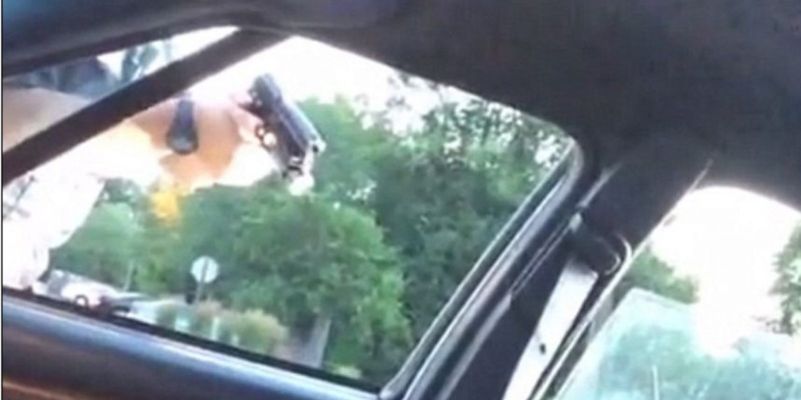 El oficial continuaba apuntando su arma, a pesar de que el cuerpo estaba inmóvil y lleno de sangre Foto:Facebook: Lavish Reynolds