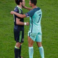 El luso fue a consolar a su compañero del Real Madrid tras ganarle la semifinal de la Eurocopa Foto:Getty Images