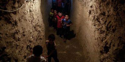 Niños en Siria toman clases en cuevas para no morir en bombardeos