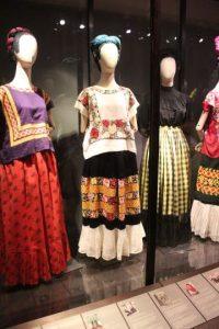 Para fanáticos de Frida • El Museo Frida Kahlo (también conocido como la Casa Azul). Está ubicado en la calle Londres 247, en uno de los barrios más antiguos y bellos de la Ciudad de México, el centro de Coyoacán. Perteneció a la familia Kahlo desde el año 1904 y fue en 1958 cuando fue convertida en museo, cuatro años después de la muerte de la pintora. • Museo Diego Rivera-Anahuacalli, diseñado por él mismo, retomando características de la arquitectura teotihuacana yazteca. Allí hay una colección permanente de algunas de sus obras y piezas precolombinas. • Museo Casa Estudio Diego Rivera y Frida Kahlo, dedicado a preservar la memoria del muralista y su esposa, así como al estudio y análisis de su generación artística. Foto:Fuente externa