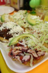 Tostadas Coyoacán. En el interior del mercado de Coyoacán encontrarás varios lugares que ofrecen tostadas, pero dicen (nosotros lo comprobamos) que las del puesto que tiene manteles amarillos (Tostadas Coyoacán) son las más ricas. Allí ofrecen de tinga, pollo con mole, cochinita y salpicón, entre otros veinte ingredientes, montados en tostadas crujientes, preparadas con crema, lechuga y queso. Las salsas están en la mesa, para que cada quien le ponga su gusto. Sin dudas, ¡una increíble experiencia! Foto:Fuente externa
