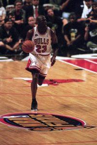 Michael Jordan. El mejor de todos los tiempos jugó 13 campañas con los Bulls, pero tuvo un breve regreso de dos temporadas con Washington Foto:Getty Images