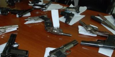 Ocupan 442 armas blancas, 31 de fuego y drogas en operativos durante viernes