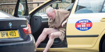 En las imágenes se ve al ex seleccionado inglés bajando de un taxi en bata, sin ropa interior, para comprar cigarillos y alcohol. Revisa la evolución del mediocampista Foto:The Sun