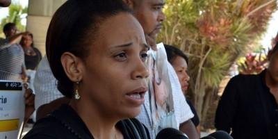 Viuda regidor asesinado Bayaguana pide justicia frente al Palacio Nacional