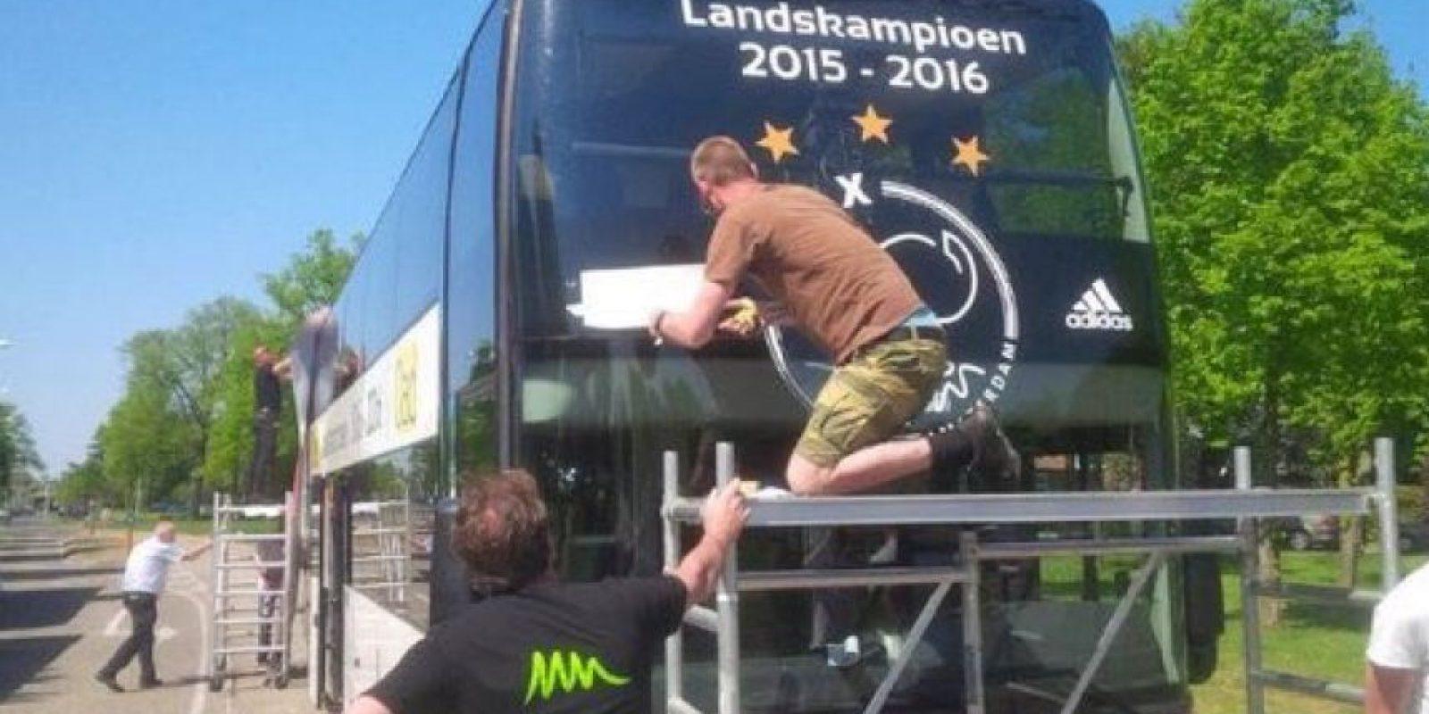 No son los primeros que se quedan con las ganas en esta temporada y Ajax también tuvo que guardar su bus de campeón, luego que perdieran el título en la última fecha Foto:Captura de pantalla