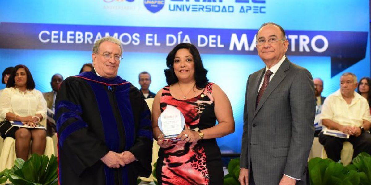 UNAPEC reconoce sus docentes