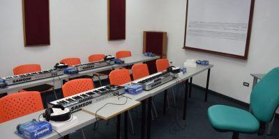 Poseen cuatro aulas, dos cuartos de ensambles, un laboratorio de piano complementario y de controladores. Foto:Fuente Externa