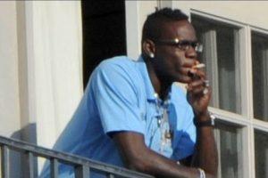 El delantero es conocido por sus polémicas y su adicción al tabaco. Roberto Mancini, quien fuera su técnico en Manchester City le advirtió que deje el vicio Foto:Archivo