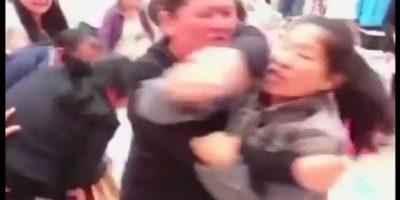 Mientras que los acompañantes de las mujeres también participaron en la pelea. Foto:Reproducción Youtube/24 Horas