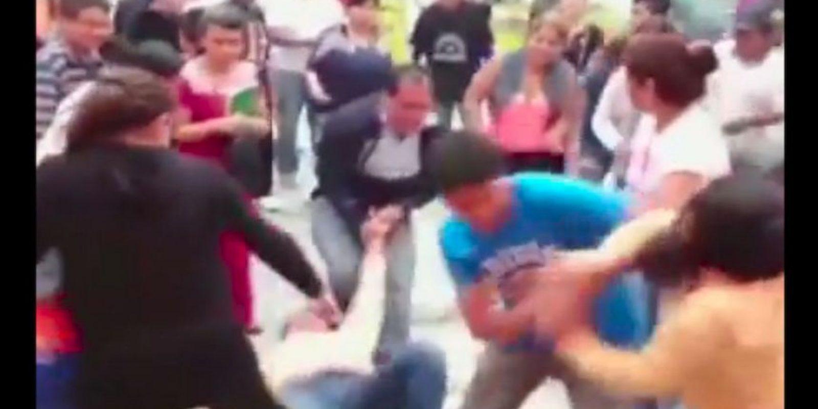 Unas personas intentaron detenerlas. Foto:Reproducción Youtube/24 Horas