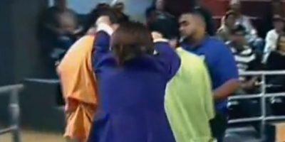 Ana María, harta de los dos litigantes, los saca jalados de las orejas. Foto:Telemundo
