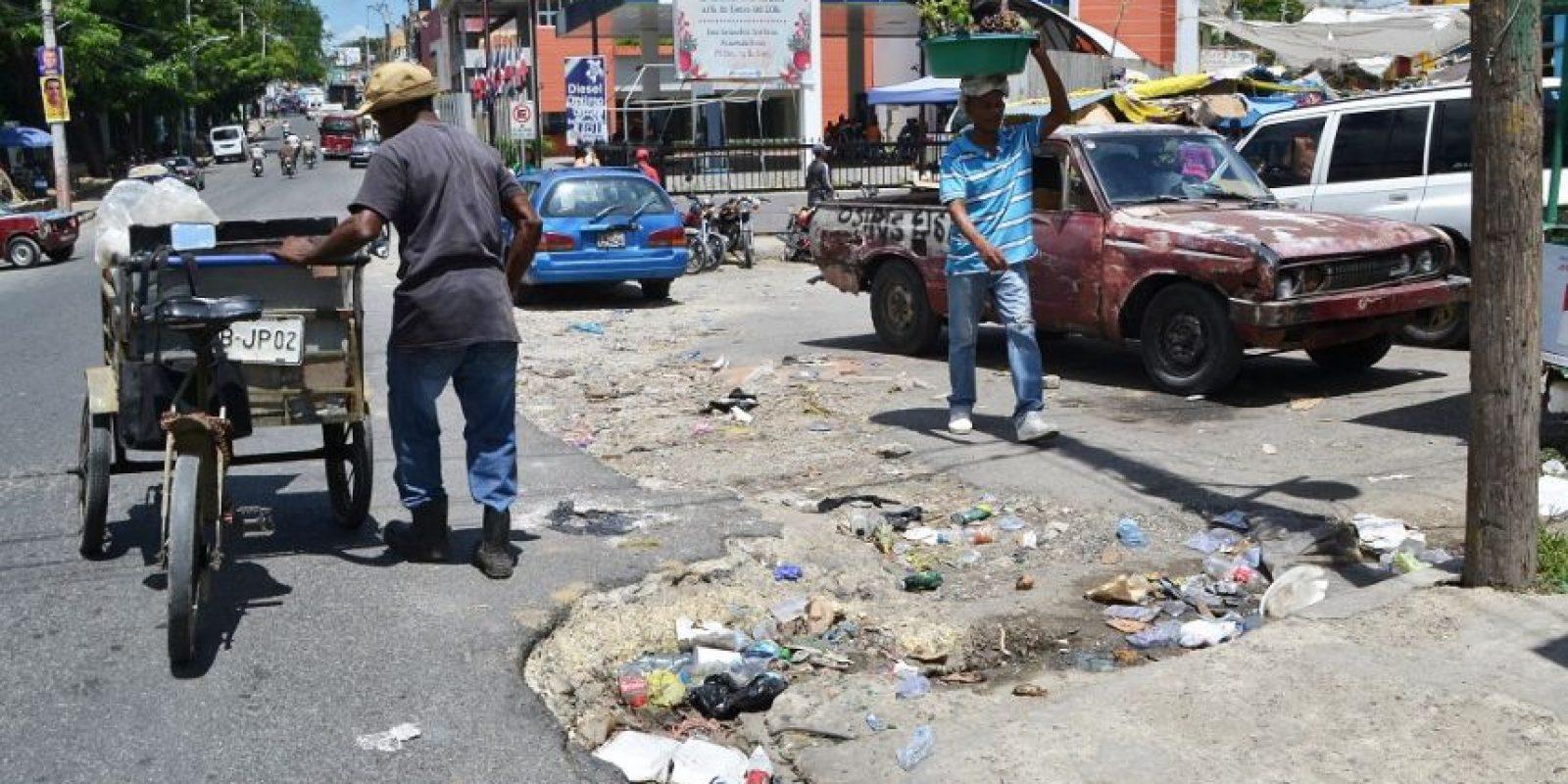 Los ciudadanos viven entre basura, calles destruídas y un mercado colapsado. Foto:Mario de Peña