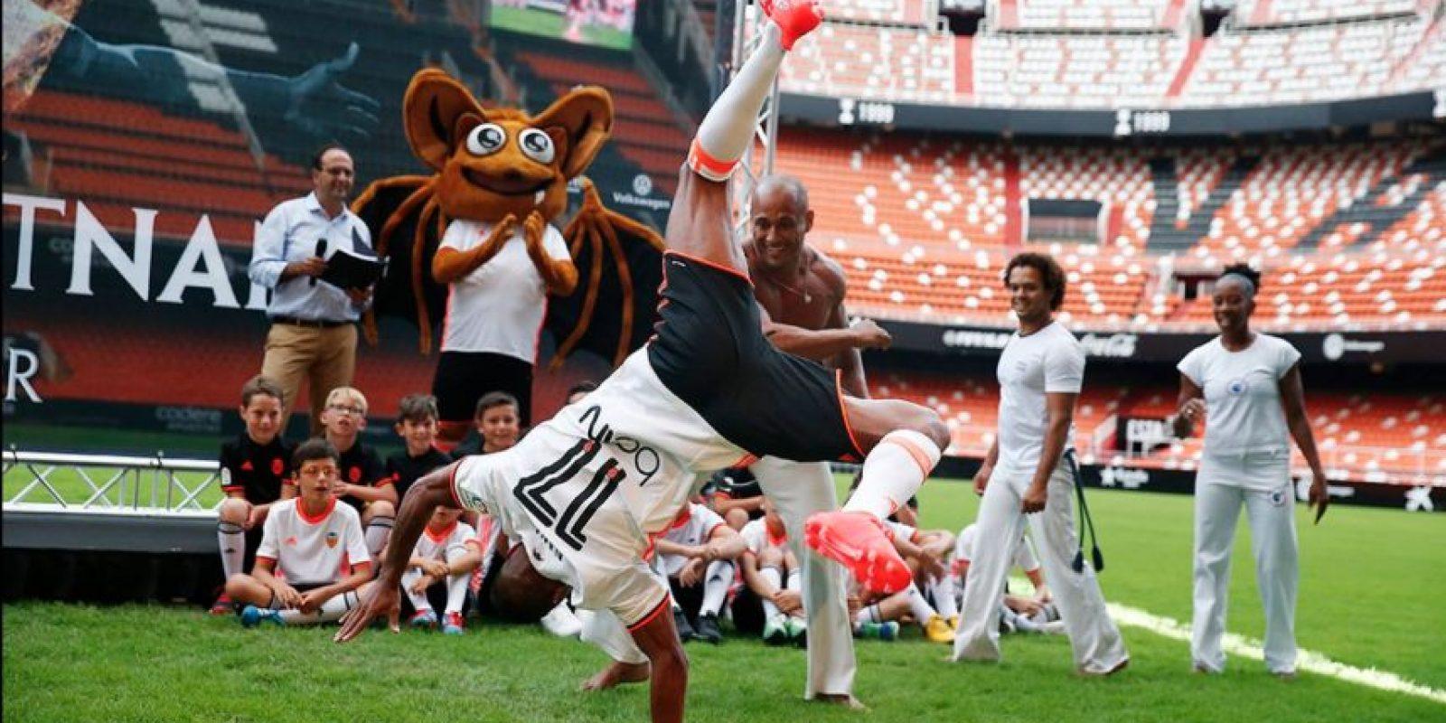 Nani no es sólo fútbol y también se lució bailando capoeira Foto:Twitter Valencia