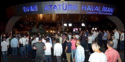 Y bloquearon el paso de los militares al aeropuerto de Atatürk. Foto:AP