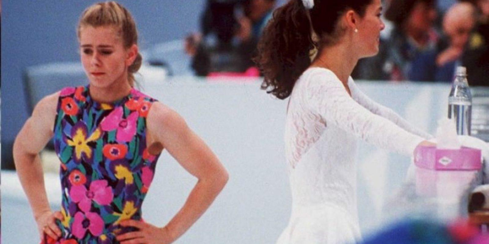 Tonya Harding y Nancy Kerrigan tuvieron una animada rivalidad como patinadoras artísticas, que terminó de forma terrible cuando la primera le encargó a un matón que atentara contra su competidora. Recibió una sanción de por vida Foto:AFP