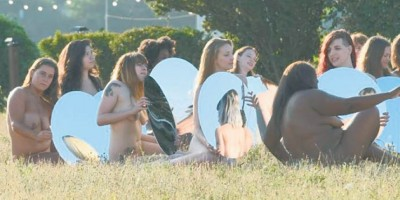 Cien mujeres posan desnudas contra Trump