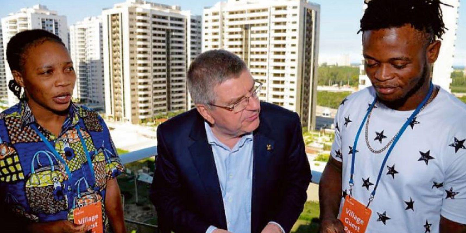Thomas Bach (centro), y los dos africanos conocieron la Villa Olímpica Foto:Alex Ferro