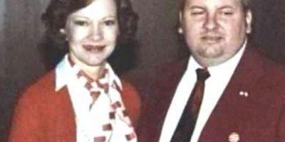 """""""Pogo"""", cuando era un miembro respetable de la comunidad. Acá con la Primera Dama de entonces. Foto:Wikipedia"""