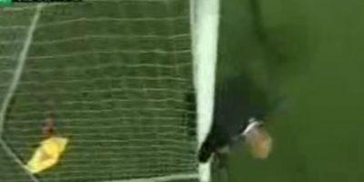 Realmente burdo. En 2009, el portero del equipo sueco IFK Goteborg, Kim Christensen, fue pillado con las manos en la masa encogiendo su arco!. Finalmente fue sorprendido por el árbitro Stefan Johanesson, aunque no recibió sanciones. Foto:Captura de pantalla