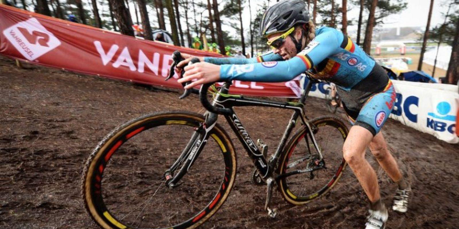 Femke Van den Driessche fue suspendida por dopaje tecnológico en el último Mundial de ciclocross disputado en Bélgica. La UCI demostró que su bicicleta tenía un motor incorporado, descalificándola y terminando su carrera Foto:AFP