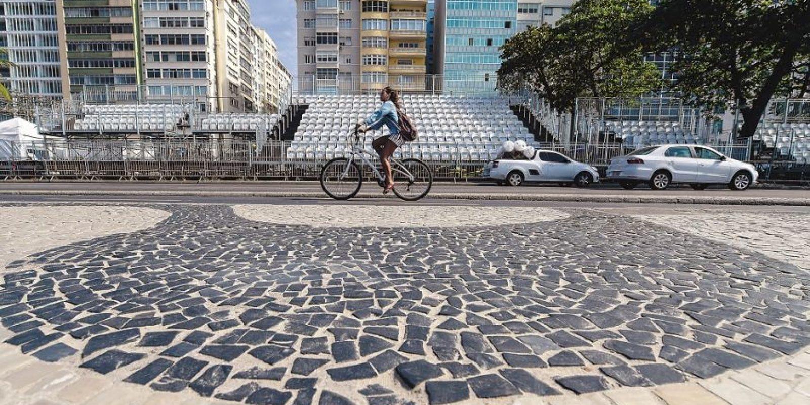 Se instalaron gradas en medio de la avenida Atlántica. El público puede seguir las pruebas de maratón natación, ciclismo y triatlón en el lugar. Foto:Fuente externa