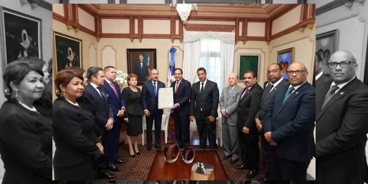 Danilo Medina recibe su certificado de presidente