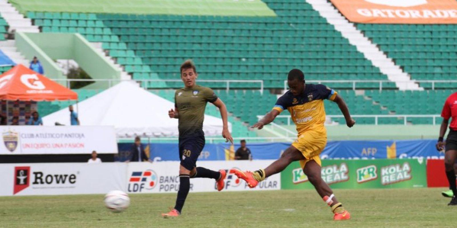 Luís Espinal al momento de patear la esférica que al final se convirtió en gol. Foto:Fuente externa