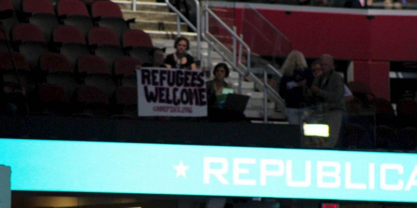 Una asistente a la Convención Nacional Republicana protestó durante la sesión y pidió que se dieran la bienvenida a los refugiados. Foto:Publimetro