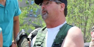Hombre con rifle defiende su derecho a portar armas