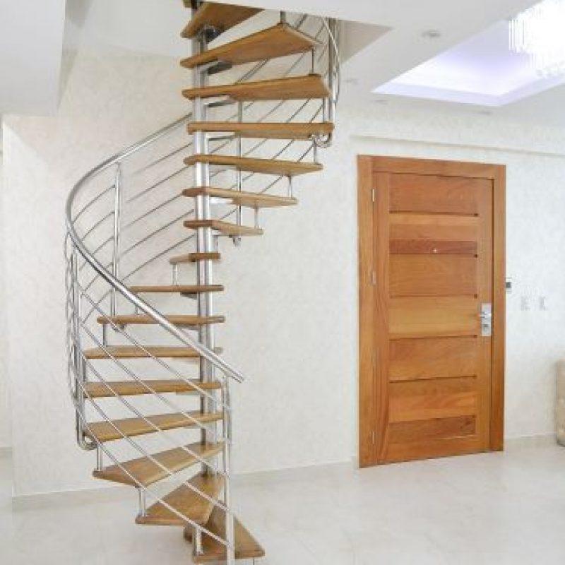 Escaleras que conducen a la terraza y habitaciones principales. La madera y metas reinan. Foto:Mario de Peña