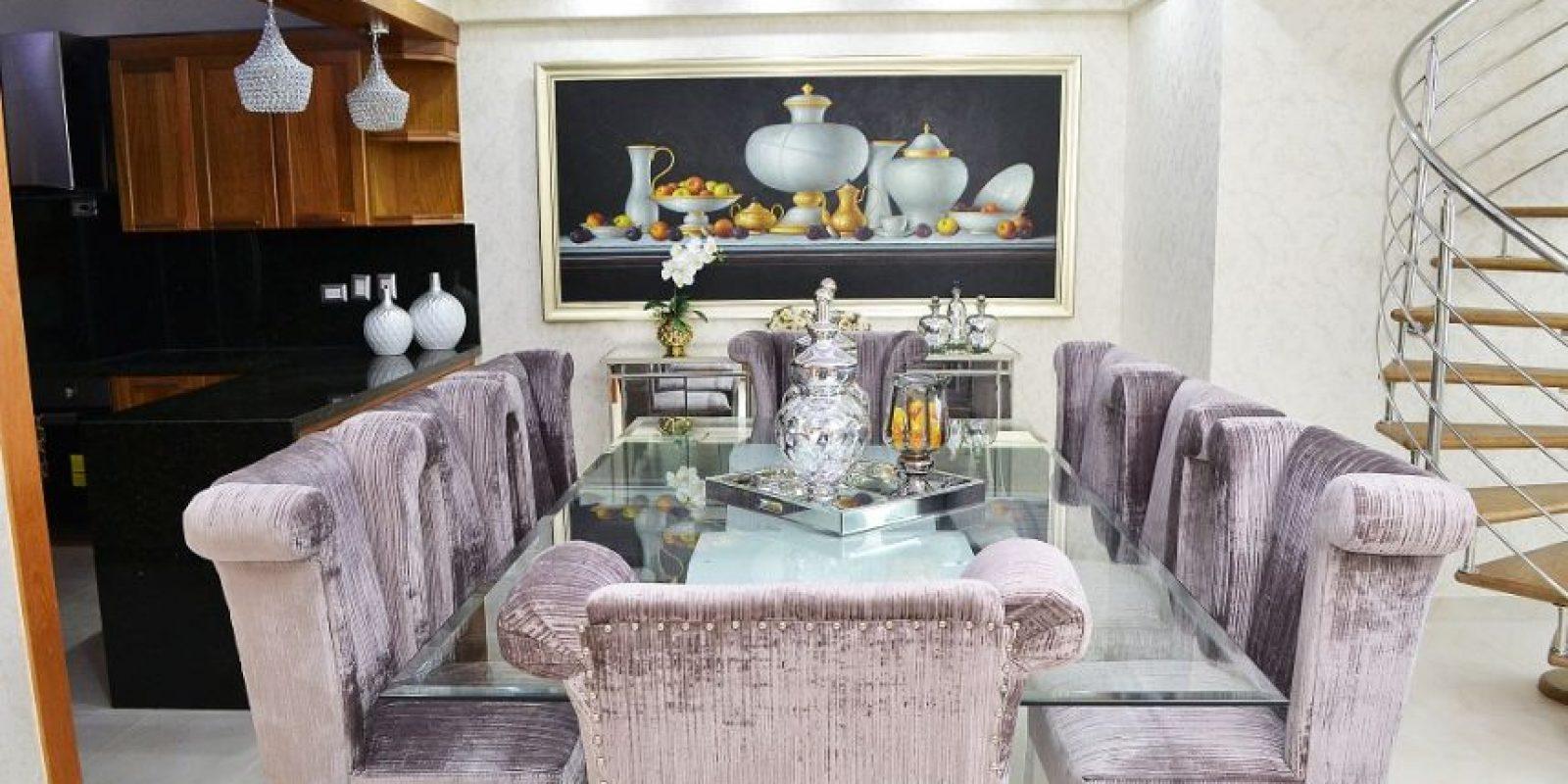 Área de comedor: caracterizada por el violeta como color base y elementos lineales que van a juego con la sala principal. Destaca la obra gráfica de Hungría Sánchez Foto:Mario de Peña