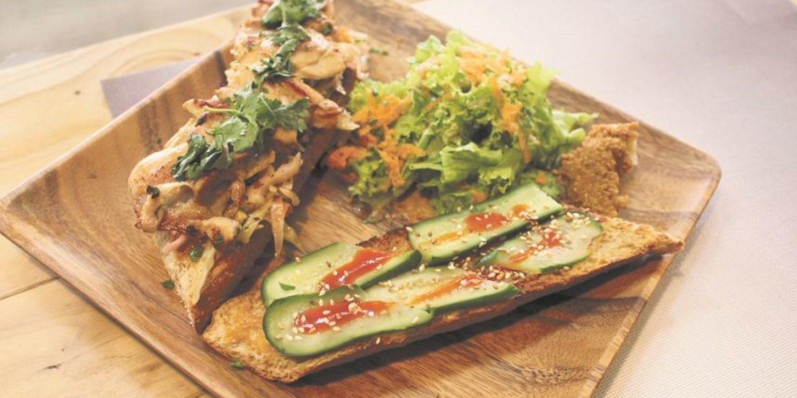 Vietnamese Grilled Chicken Sandwich. Pollo a la parrilla, ensalada de repollo asiático, cilantro, salsa de maní, pepino y Sriracha, en pan integral crujiente. Foto:Fuente Externa