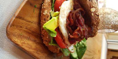 Epic Egg Burger. Sin dudas, una hamburguesa diferente. Tiene huevo frito, aguacate, tocineta, cebolla, tomate, rúcula y queso de cabra. Foto:Fuente Externa