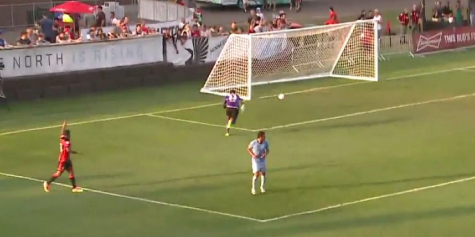 El arquero de Minnesota United FC intentó sacar el balón, pero la envió a su propio arco Foto:Captura de pantalla