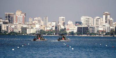 La marina de guerra circula cerca de los carriles de competencia Foto:Metro