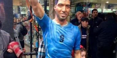 Inauguran una estatua a tamaño real de Luis Suárez en su localidad natal