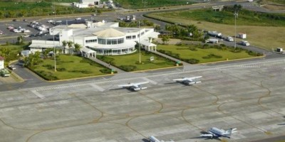 Piloto resulta ileso al tomar tierra en La Isabela sin tren de aterrizaje