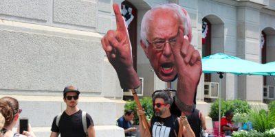 Los simpatizantes de Sanders no están resignados a que haya abandonado la contienda. Foto:Publimetro