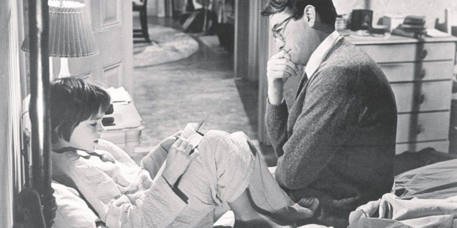 """1- Atticus Finch – Matar un ruiseñor. El estándar dorado de los padres en la literatura apareció por primera vez en el clásico de 1960 de Harper Lee y llegó a la pantalla grande dos años más tarde interpretado por Gregory Peck. En un pueblo sureño de Estados Unidos, dividido por el odio racial, este hombre es un valiente abogado que defiende la justicia para todos y un ejemplo para sus hijos. Infinitamente paciente con su hija Scout y su hijo Jem, Atticus es nuestro padre ideal. Como dice la frase final de la cinta: """"Apagó la luz y entró en el cuarto de Jem. Se quedaría ahí toda la noche y estaría ahí cuando Jem despertara en la mañana"""". Qué gran tipo. Foto:Fuente externa"""