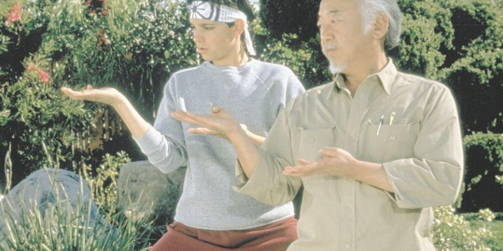 """2- Mr. Miyagi – Karate Kid. Olvídate de Jackie Chan en el remake de 2010. Hablamos del original de 1984. Miyagi es interpretado por Noriyuki """"Pat"""" Morita. El estricto hombre se encariña con Daniel LaRusso (Ralph Macchio) y se convierte en la fuente de sabiduría que lo guía para que encuentre el significado de su vida –al tiempo que le enseña a ser un ninja–. """"Daniel-san"""" descubre que Miyagi es un veterano de guerra cuya esposa e hijo murieron durante el parto, esto fortalece el lazo que los une. Ya sea que necesites patear el trasero de los abusadores, o aprender a pintar una cerca, Miyagi tiene lo que necesitas. Foto:Fuente externa"""