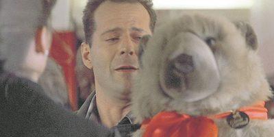 6- John McClane – Duro de matar. El avispado policía neoyorquino reconoce que no ha sido el padre ideal debido a su compromiso con su trabajo. Decide viajar a Los Angeles en Navidad para intentar reconciliarse con su esposa; sin embargo, cuando el personaje de Alan Rickman amenaza los planes festivos de la familia, John McLane hace hasta lo imposible para vencerlo. Esquiva balas y camina sobre cristales rotos sólo para poder darle a su hija Lucy y su hijo John Jr. un oso de felpa. Yippee-ki-yay, en efecto. Foto:Fuente externa