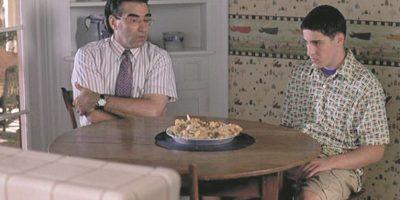 """8- Noah Levenstein – American Pie. """"Debo admitir que practiqué un poco de, mmmm, masturbación cuando era más joven. Solía llamarlo 'sobar el salami'. Ya sabes, 'frotar el pudín'. Aunque nunca lo hice con nada horneado"""". Comprador y donador de pornografía, dispensador de consejos inapropiados y propietario de un par de impresionantes cejas, no hay nada que Noah (Eugene Levy) no haga por su hijo Jim (Jason Biggs). No muchos padres llevarían a su hijo a la sala de emergencias para que liberen su mano llena de pegamento de su entrepierna con tan buena disposición. Foto:Fuente externa"""