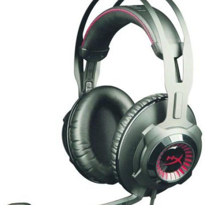 3- HyperX Cloud Revolver: papá amante de los videojuegos. Si tu papá es de los que juegan con consolas, ahora podrá disfrutar de una experiencia única; el dispositivo ofrece sonido con calidad de estudio con altavoces de 50 mm., que brindan mayor precisión de audio en videojuegos, shooter de primera persona y mundos de ambientes abiertos.La sintonización del controlador, el diseño mecánico de la cámara acústica frontal, las orejeras más grandes y los conductos de ventilación le permitirán escuchar a su oponente con mayor claridad aun estando lejos y obtener la máxima ventaja competitiva. Asímismo, los amantes de la música podrán disfrutar de una experiencia similar al escuchar sus canciones preferidas tal como si estuvieran en una sala de conciertos. Estos audífonos ofrecen máxima comodidad durante horas de juego pues cuentan con memory foam HyperX, de color rojo y cuero suave, que brinda un sonido nítido, limpio y claro con menos ruido de fondo. Foto:Fuente externa