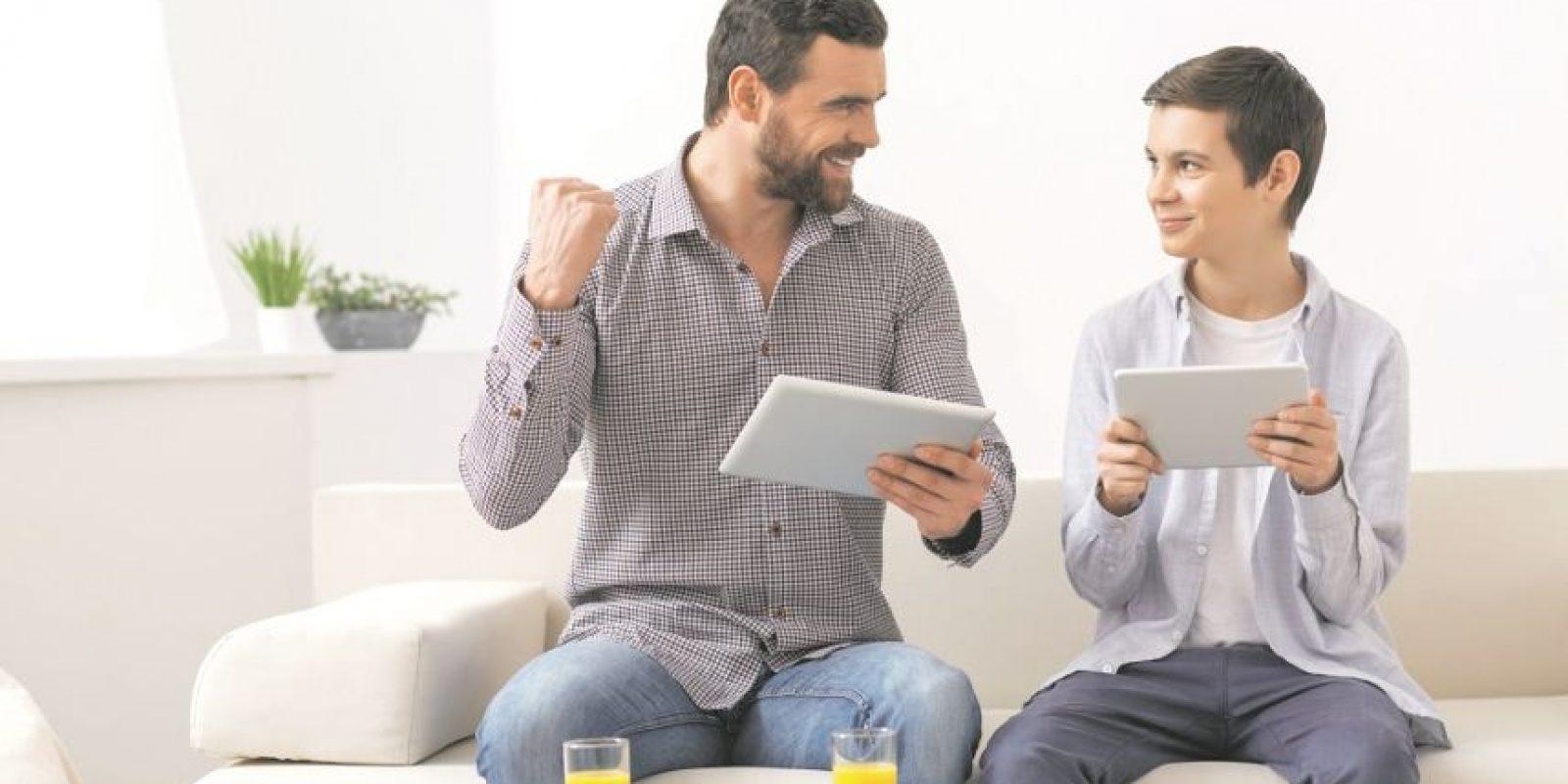 Un papá moderno es el que se tutea con la tecnología. Si el tuyo es uno de ellos, ya sabes qué puedes regalarle en su día. Foto: Thinkstockphotos