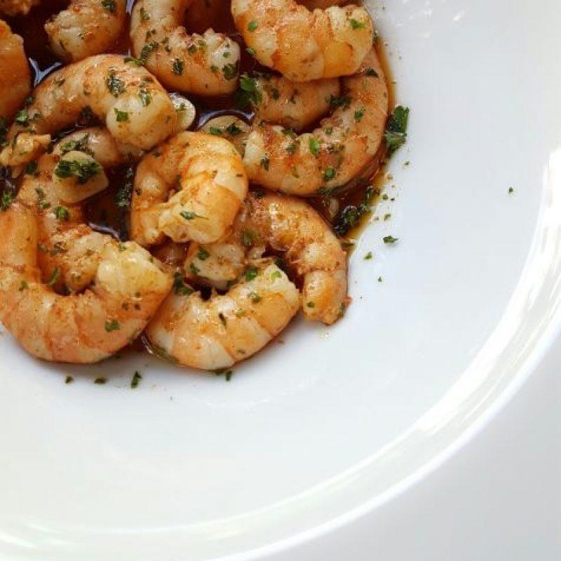 Desde la barra. Del menú de aperitivos y cocteles: Camarones al ajillo, con aceite infusionados con pimentón. Foto:Fuente externa