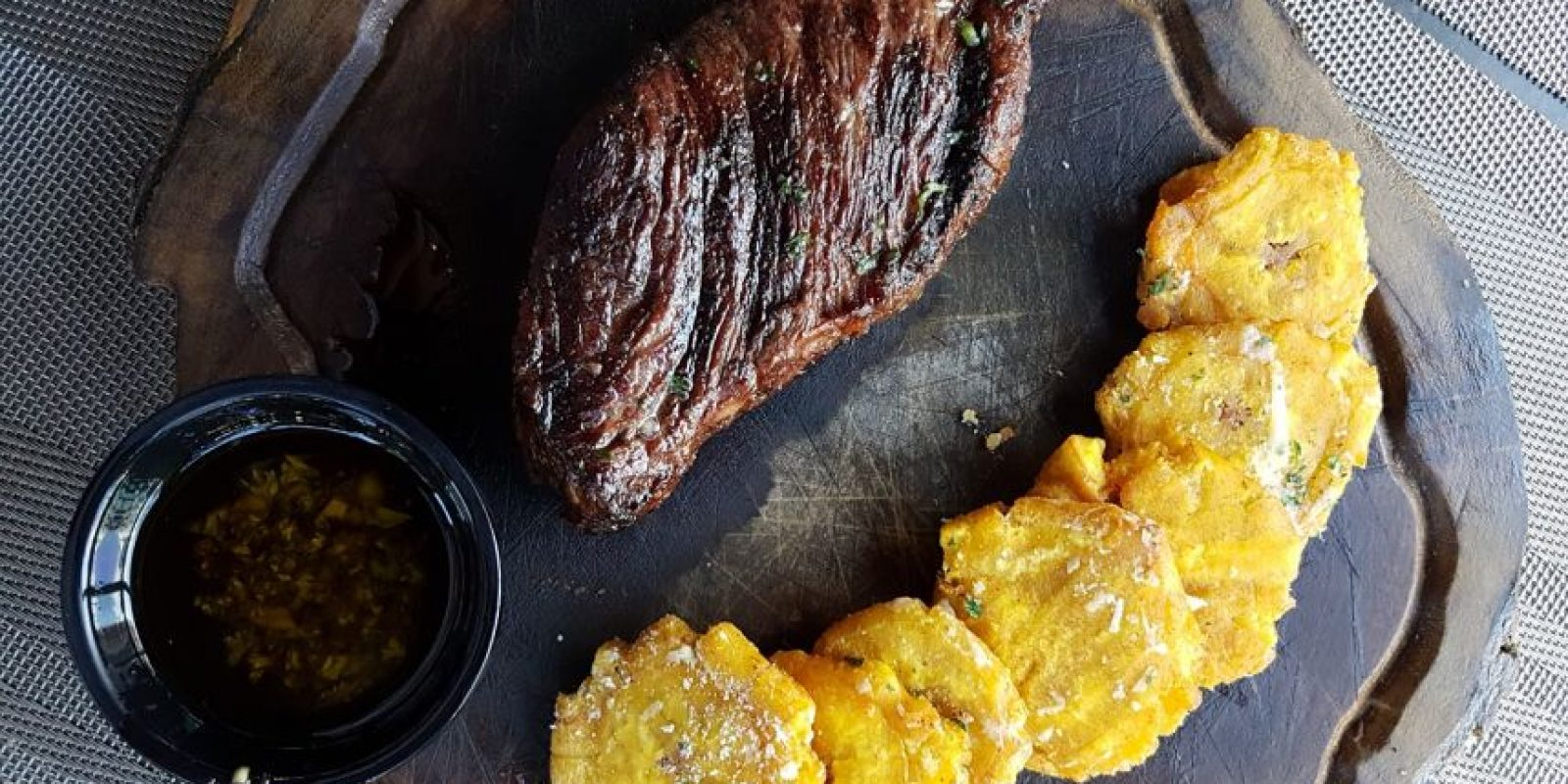 """Cortes al grill. El restaurante cuenta con una excelente selección de cortes, a la parrilla. Esta es su """"Picaña"""", con """"Tostones trufados"""". Foto:Fuente externa"""