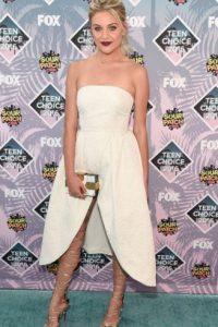 Kelsea Ballerini en una graciosa combinación de un solo tono y sandalias de tiras. Foto:Getty Images
