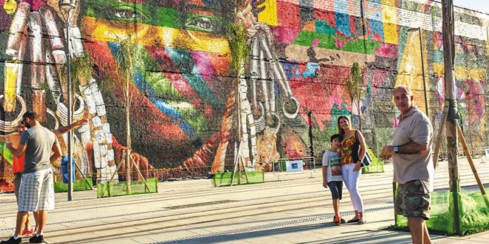 El Mural del artista Eduardo Kobra deleitó al abogado Horacio Cariello que llevó a su esposa Angela y su hijo, Gabriel, para ver el trabajo cercanoa la zona portuaria Foto:Augusto Navarro/ Divulgação