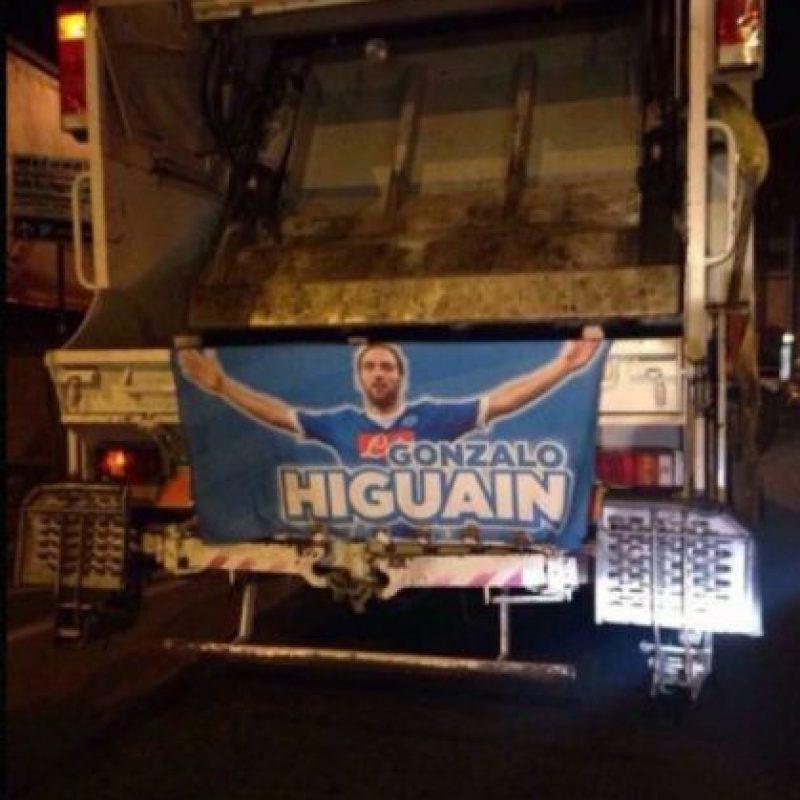 Adornaron botes y camiones de basura con su imagen Foto:Twitter